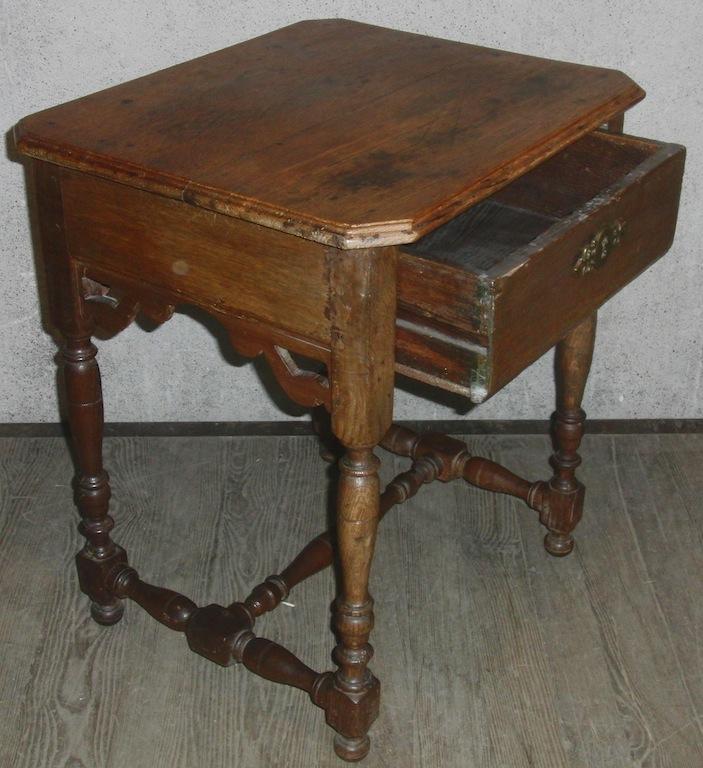 Sehr kleiner beistelltisch eiche barock um 1780 for Eiche beistelltisch