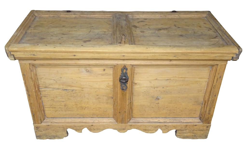 sehr kleine b ndner truhe mit offenem barockschloss. Black Bedroom Furniture Sets. Home Design Ideas