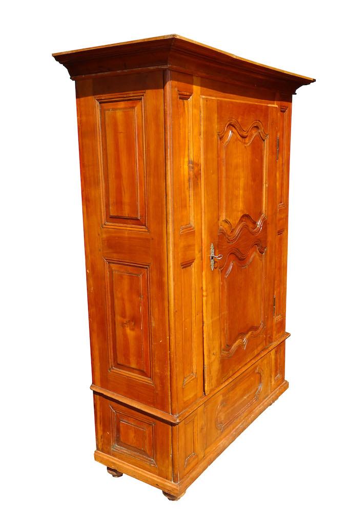 herausragender barock schrank aus basel kirschbaum. Black Bedroom Furniture Sets. Home Design Ideas